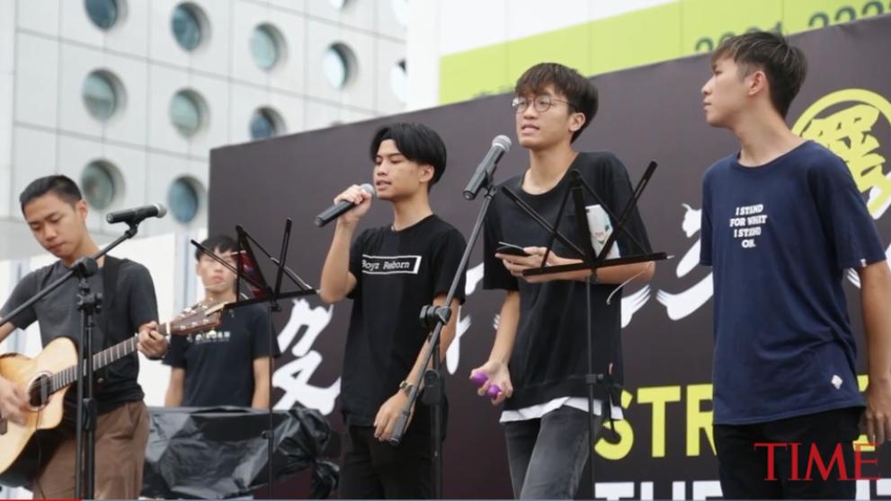 Ngày 2 tháng 9 năm 2019, trên 10,000 học sinh của 200 trường Trung học tại Hồng Kông đã bãi khóa để tham gia biểu tình đòi dân chủ cho Hồng Kong. Ảnh từ tuần báo TIMES.