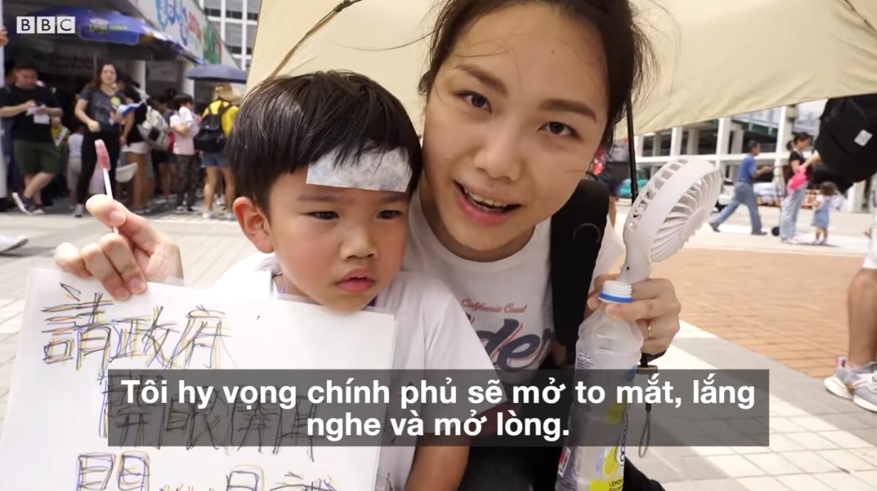 Những ông bố và những bà mẹ trẻ Hong Kong đã bắt đầu vào trận chiến qua việc dắt con nhỏ cùng đi biểu tình. Nguồn BBC.