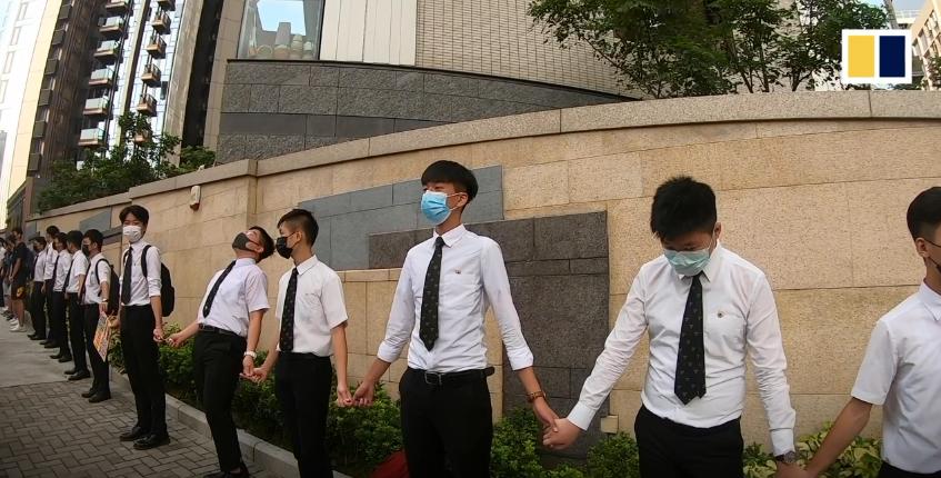 Các học sinh nắm tay nhau hình thành một chuỗi mắt xích người chạy dài 5 km để áp lực nhà cầm quyền đáp ứng 5 đòi hỏi của người dân Hong Kong. Nguồn SCMP.