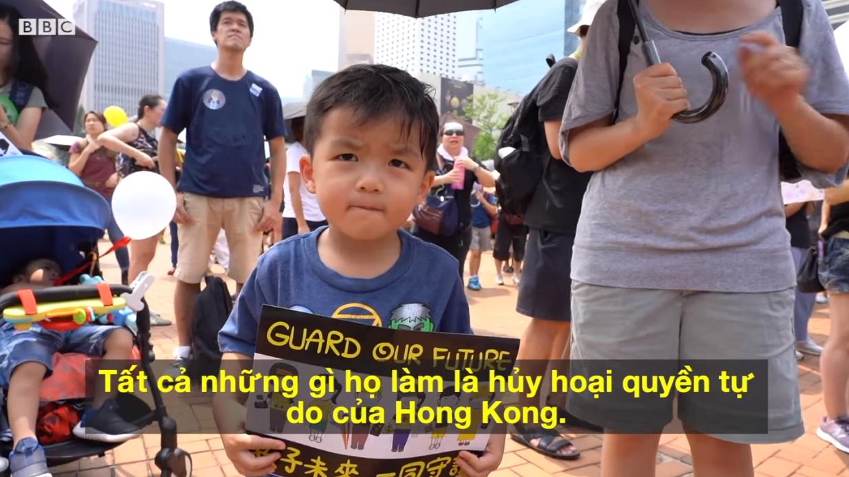 Những ông bố và những bà mẹ trẻ Hong Kong cùng dắt con đi biểu tình đòi dân chủ cho Hong Kong. Nguồn BBC.