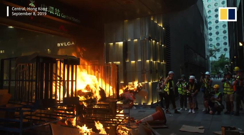 Cũng trong ngày 8 tháng 9 năm 2019, người biểu tình đã đốt lối vào của một trạm xe lửa tại trung tâm Hong Kong.Nguồn SCMP.