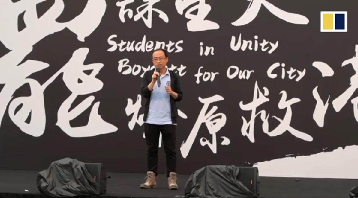 Các thầy cô lên tiếng ủng hộ cuộc đấu tranh của các học sinh. Nguồn SCMP.
