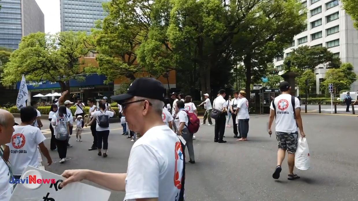 Anh chị em tham gia biểu tình đến từ sớm để cùng góp tay chuẩn bị công việc cho cuộc tuần hành. Nguồn JaviNews.