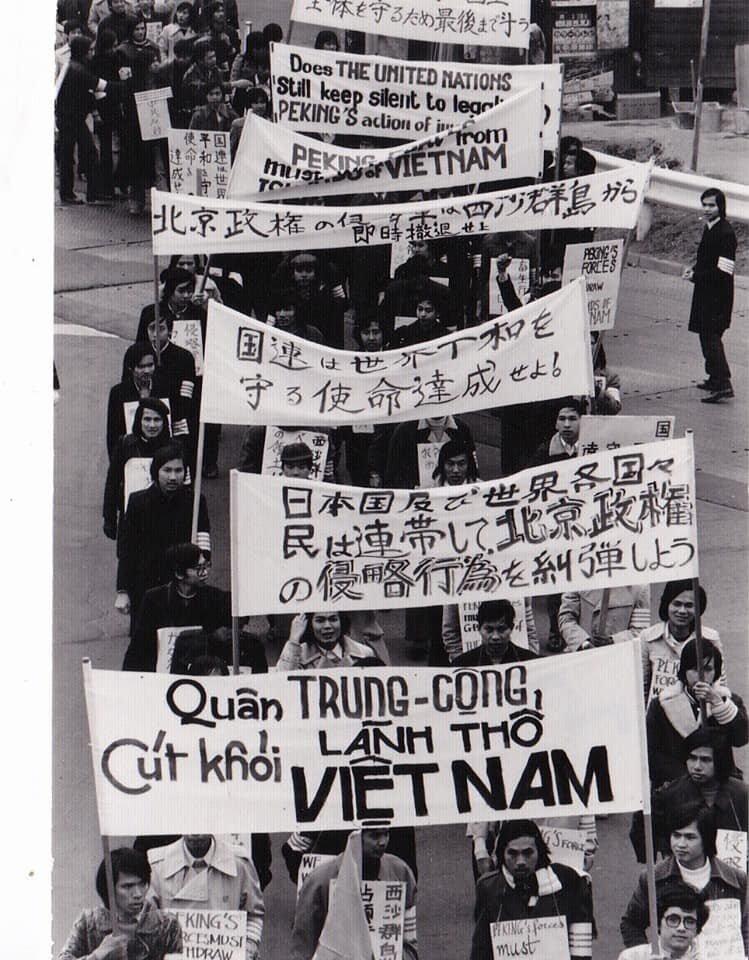 Sinh viên Việt Nam Cộng Hòa tại Tokyo Nhật Bản, tuần hành chống Tàu Cộng xâm lấn quần đảo Hoàng Sa của Việt Nam, 45 năm về trước (1974). Nguồn Vũ Đăng Khuê.