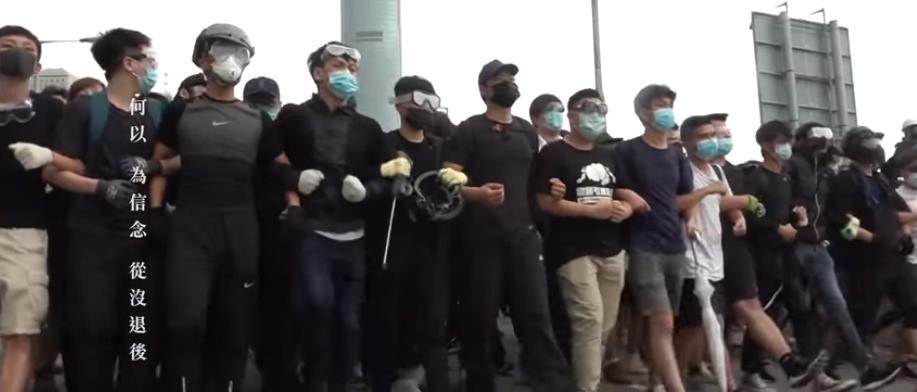 Một cảnh trong video bài hát Glory to Hong Kong của nhạc sĩ Thomas dgx yhl. Một bài hát đang được người dân Hong Kong ưa thích và xem như bài quốc ca hiện nay của họ đối nghịch với bài quốc ca của Trung Quốc. Nguồn the SupChina News.)