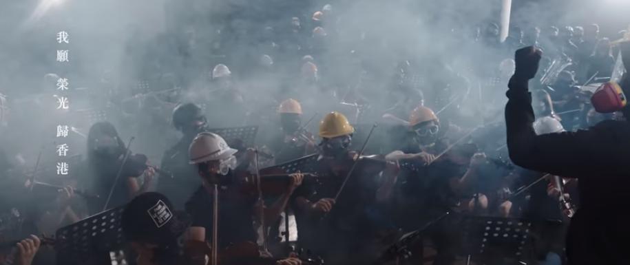 """Các nhạc sĩ đấu trang đang hòa tấu bản nhạc """"Glory To Hong Kong"""" của nhạc sĩ Thomas. Nguồn the SupChina News."""
