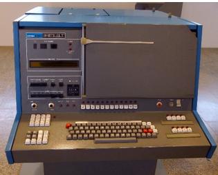 Compugraphic (phototypesetting equipment) để in ấn phẩm của nhà Xuất Bản Nam Nghệ Xã tại Nhật vào thập niên 1980s.