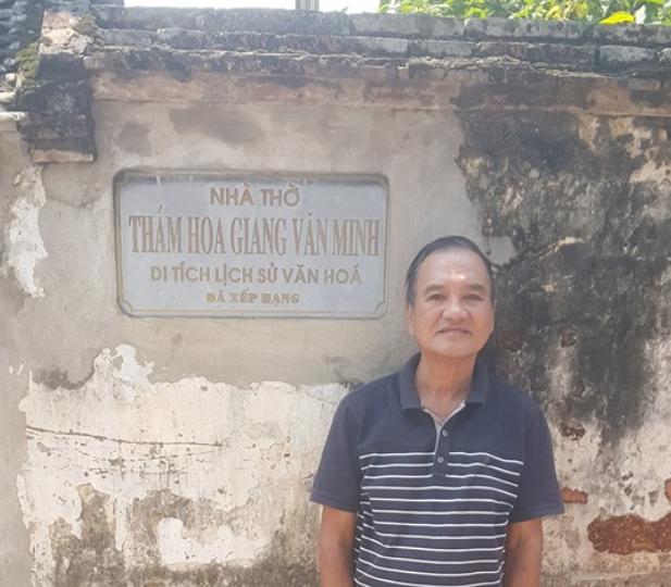 Tác giả bên nhà thờ Thám hoa Giang Văn Minh. Nguồn Tễu Blog.
