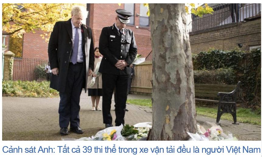 Thủ Tướng Anh Boris Johnson (trái) và giám đốc cảnh sát Essex, ông Ben-Julian Harrington, tưởng niệm 39 nạn nhân chết trong xe vận tải. (Hình: Stefan Rousseau/Pool via AP)