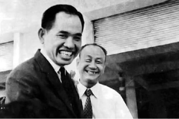 Ông Nguyễn Hùng Trương (áo vest đen.)