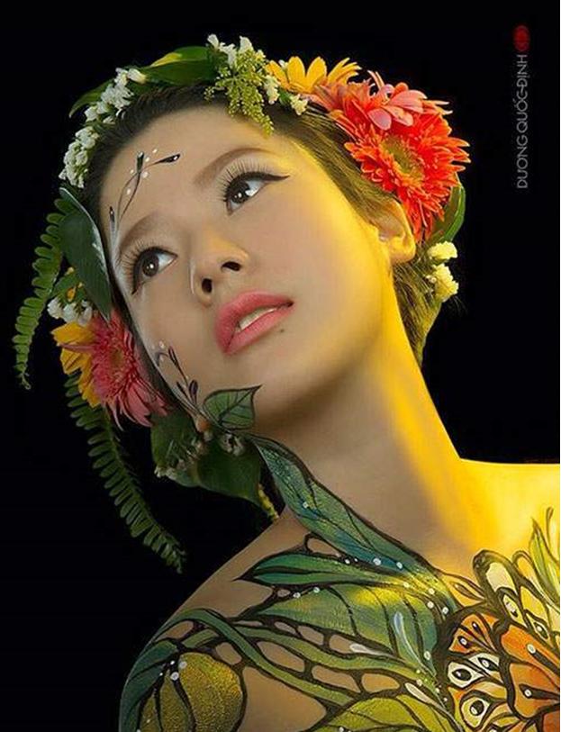 Cô thể hiện nhiều tác phẩm của nghệ nhân Dương Quốc Định.