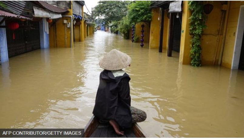 Lũ lụt miền Trung. HÌNH ẢNH, AFP CONTRIBUTOR/GETTY IMAGES.