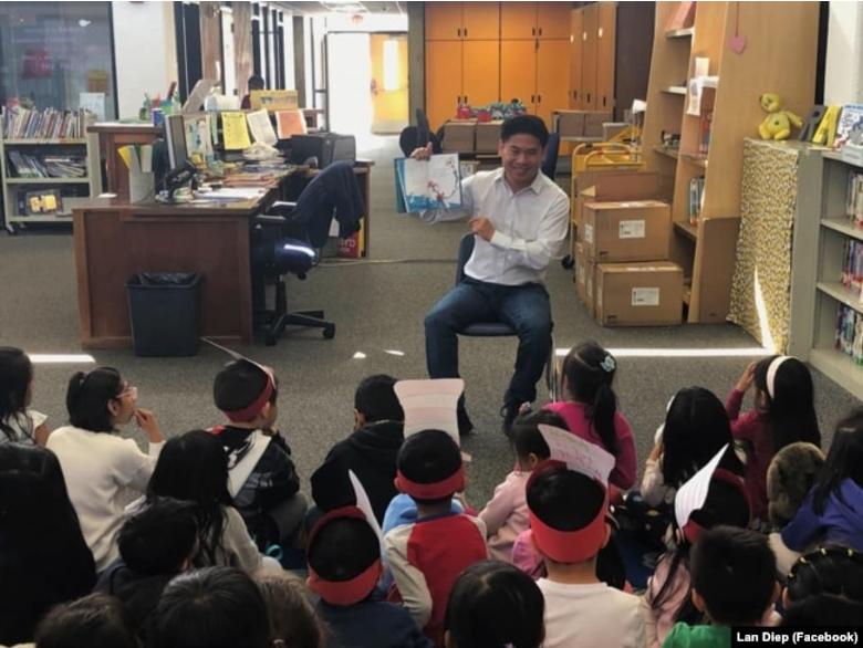 """Nghị viên Diệp Thế Lân tham gia """"Tuần lễ đọc sách của nước Mỹ"""" tại Trường tiểu học Majestic Way."""
