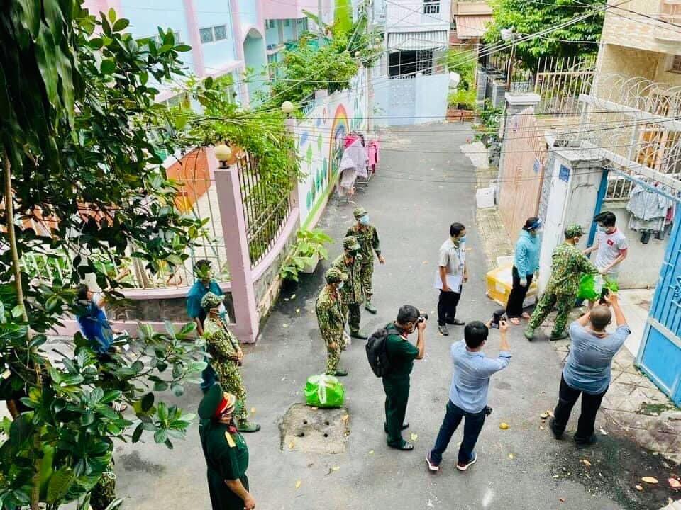 quân đội biểu diễn phát lương thực cho dân.jpg
