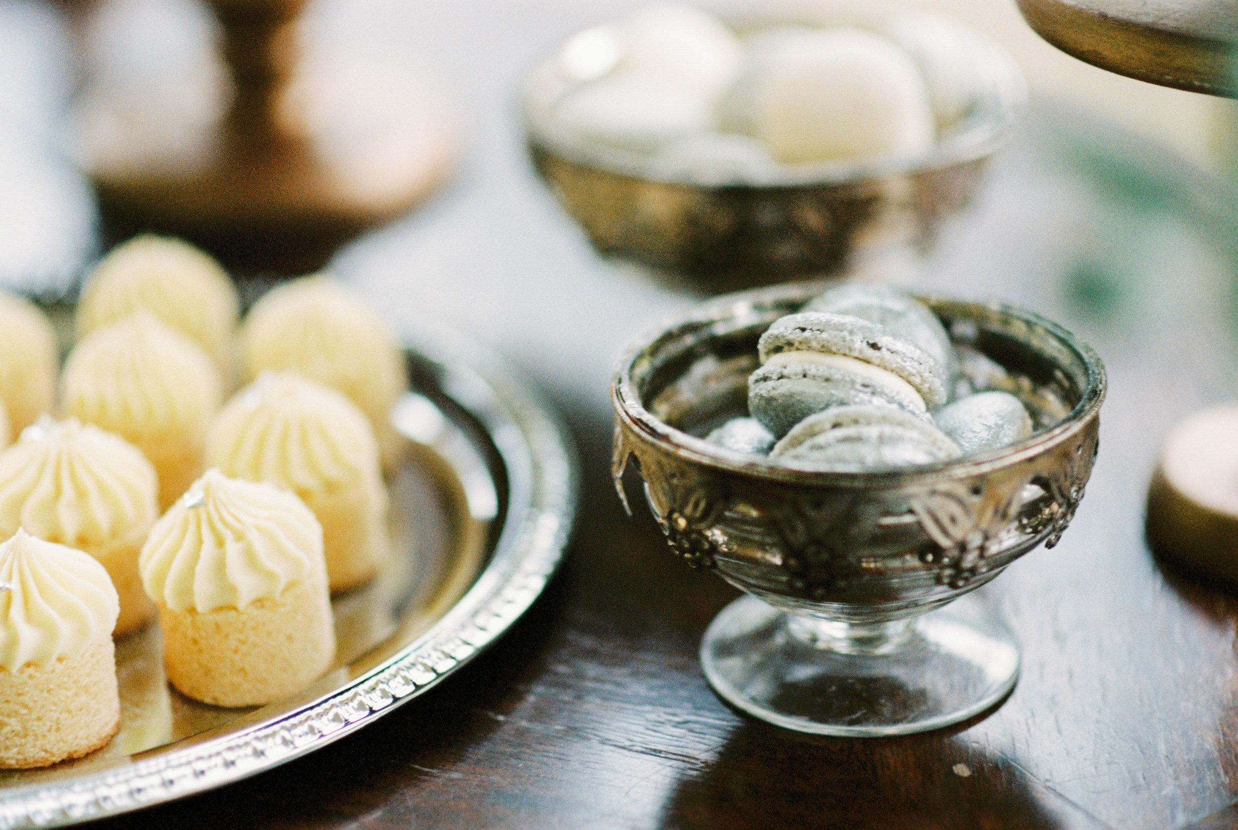 eskuvo-ezust-macaron-cupcake-arany-aprosutemeny-desszertasztal.jpg