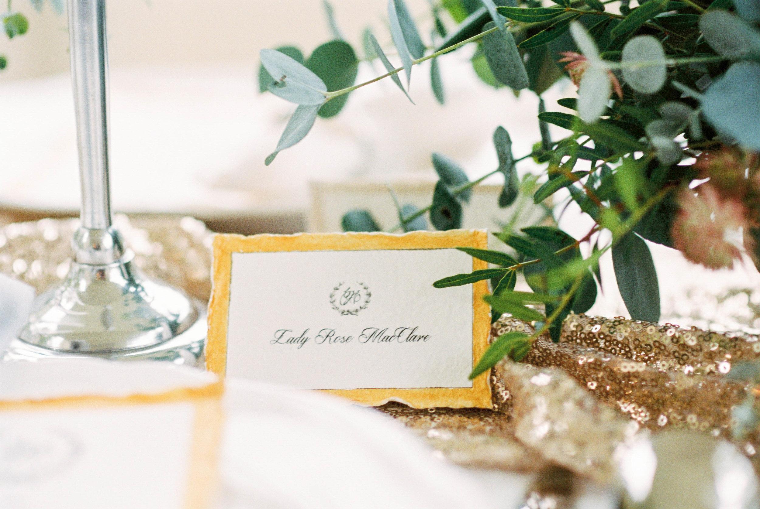 eskuvo-nevkartya-toboz-muvek-asztal-dekoracio-virag-asztaldisz.jpg