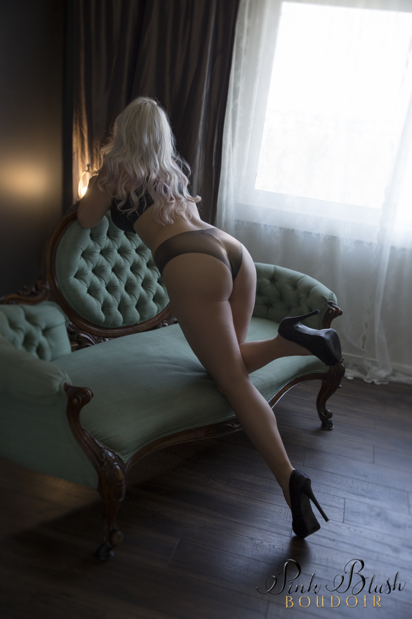 boudoir Edmonton, a curvy woman leaning over a green couch