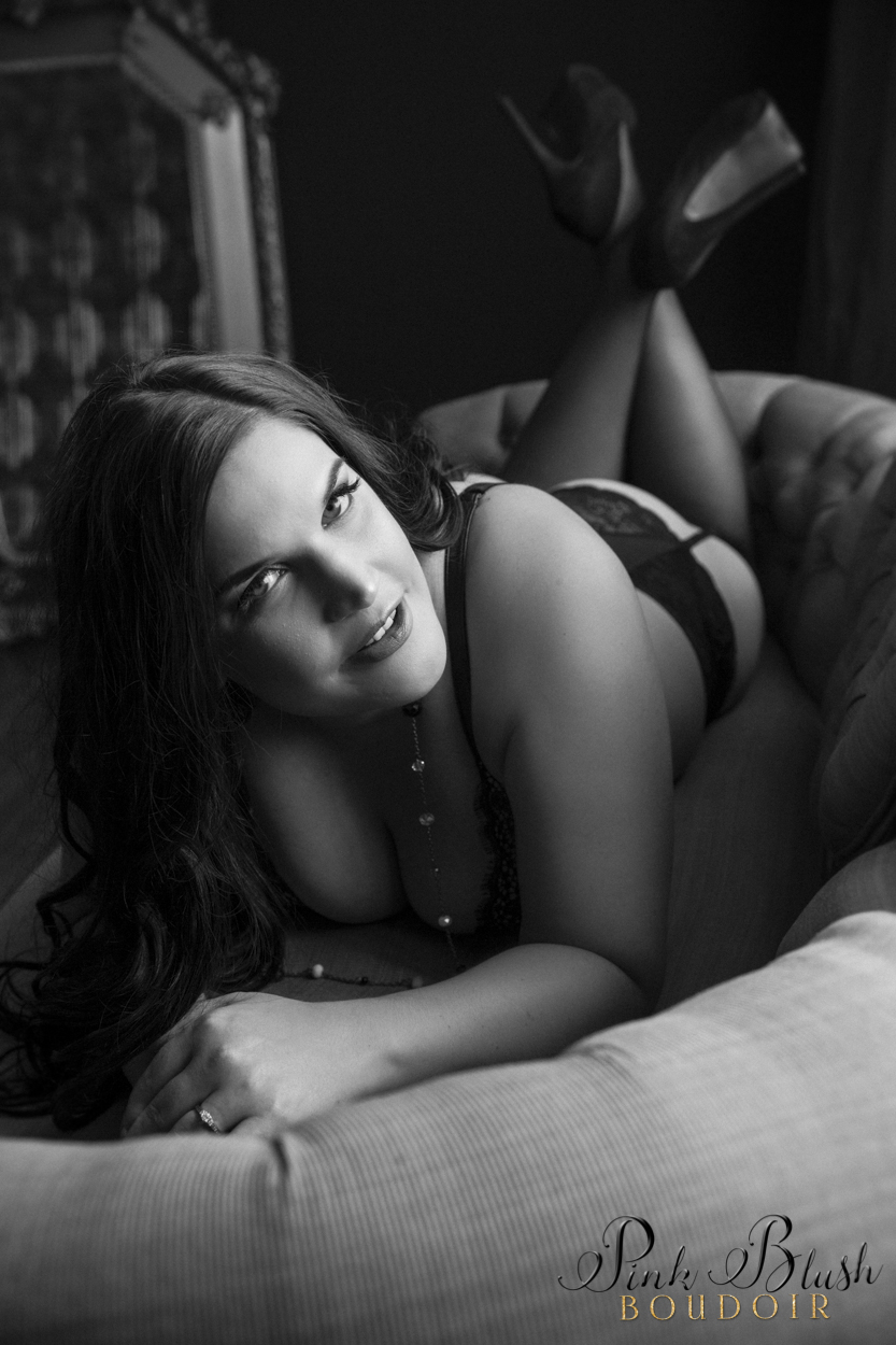 boudoir photography, a curvy woman on a green couch