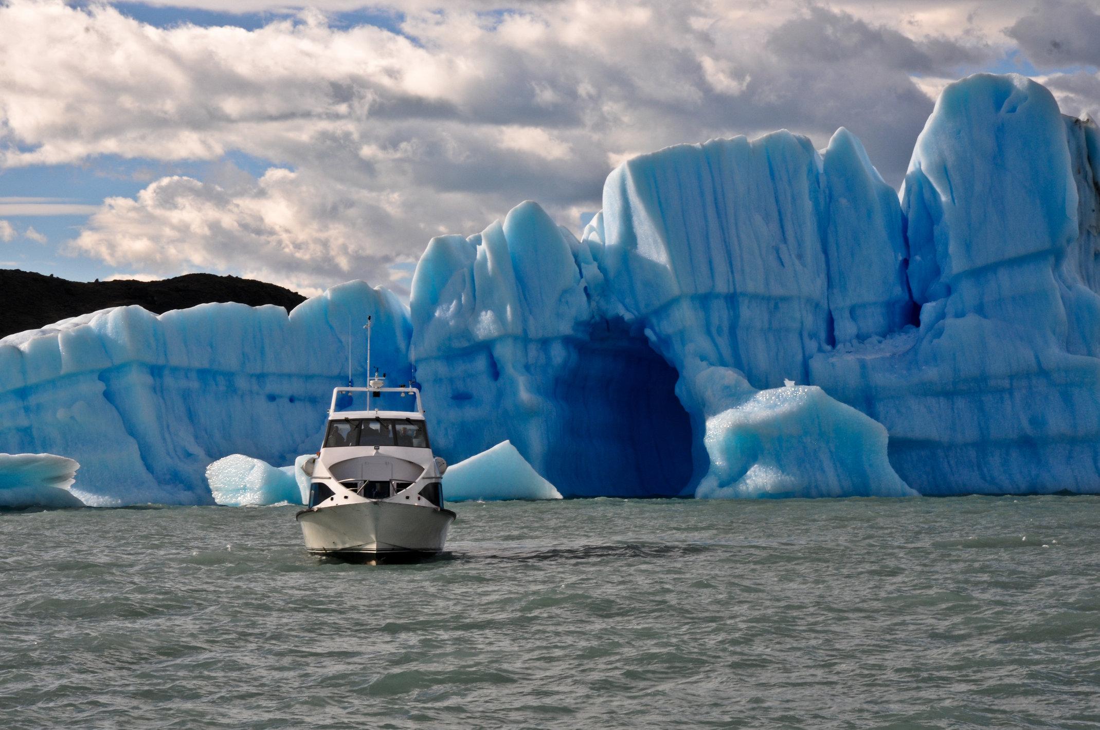 Trajeto de barco pelo lago argentino para chegar na Estancia Cristina.
