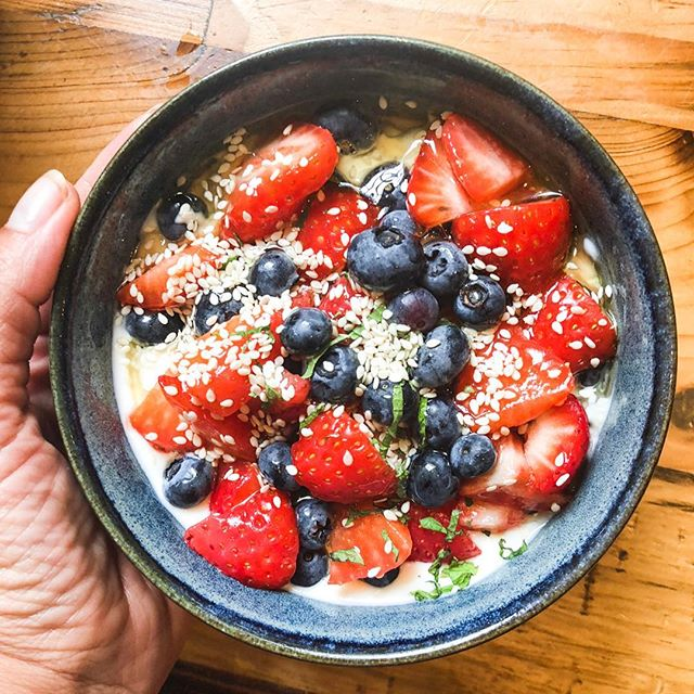 FOOD IS FUEL Day 1 of getting back on track looks a little like this ✨ • Starting my day off right with a bowl of organic yoghurt, fresh fruit, sesame seeds & agave syrup 🍓 • • • #FoodIsFuel  #NutritionIsKey #EatWell #PersonalTrainerLondon #FreshFood #BreakfastTime #Weightloss #BalancedDiet #TreatYourBodyWell