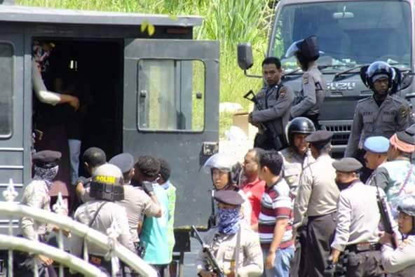 From Jason Mcleod: Activists being arrested in Waena, Jayapura (Port Numbay). Much of the equipment - weapons, trucks, body armour - is supplied by foreign countries including Australia and the European Union.