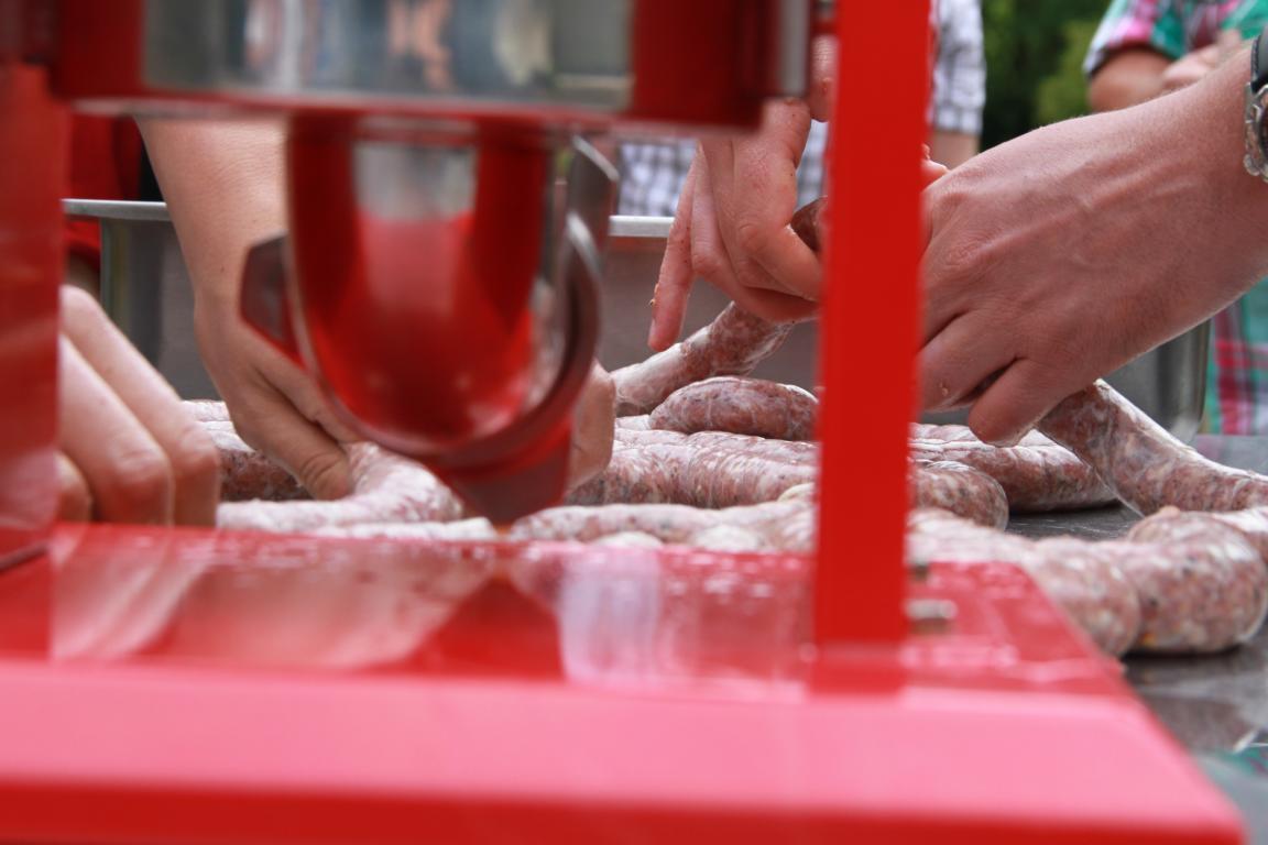 Hier der Füller in rot im Einsatz bei einem  mobilen Wurstevent