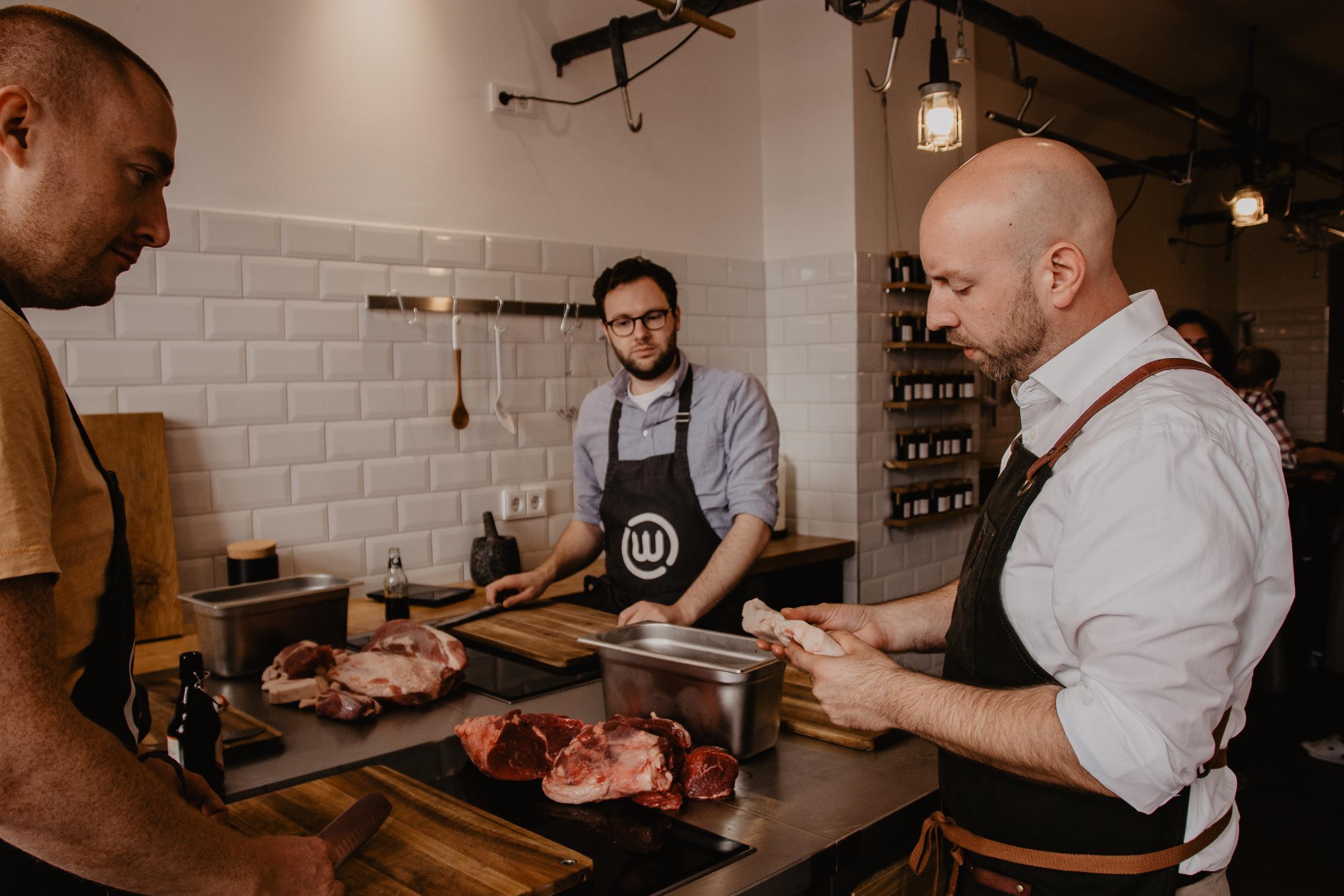 Christian Decker erklärt das zu verarbeitende Fleisch