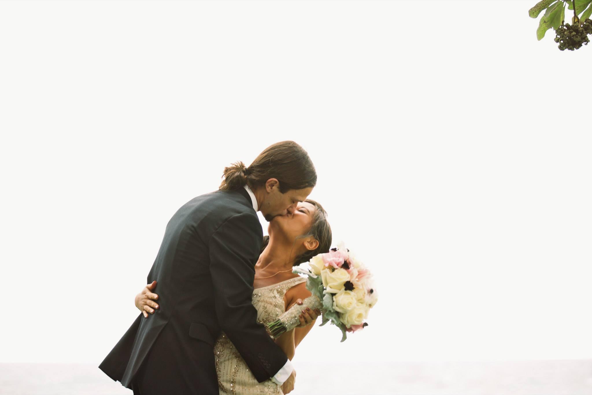 hawaii wedding ceremony kiss
