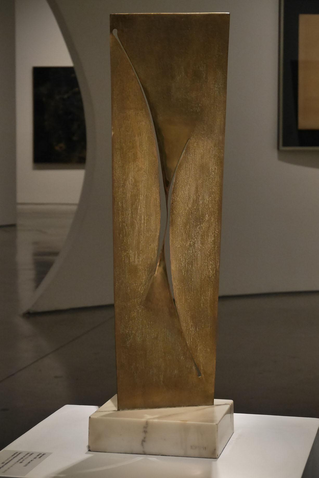 Enio Iommi. Perfiles, 1960. Bronce con baño de oro. Colección Museo de Arte Moderno, Buenos Aires. Foto: Leonardo Antoniadis.