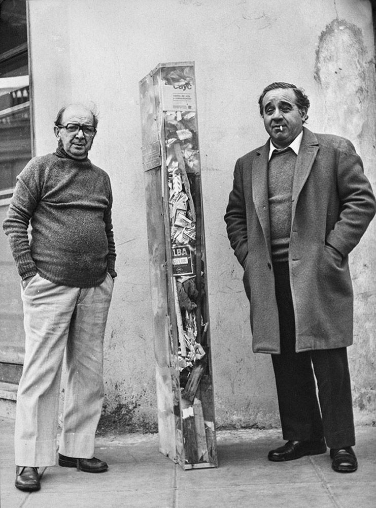 Enio beside Antonio Berni, who acquired the Acrylic Rectangle and Trash… (1977).