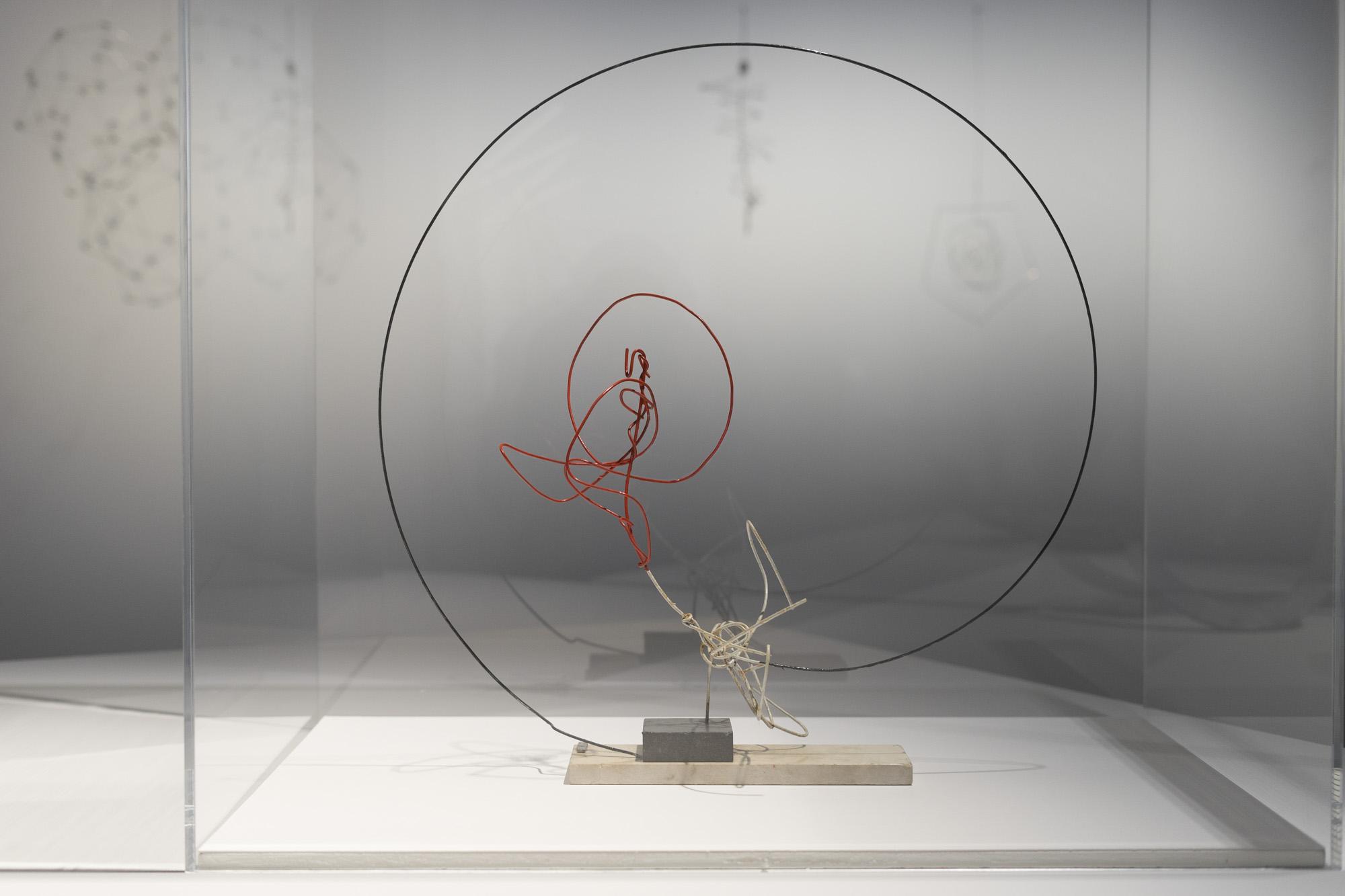 Ritmos en el círculo, 1950. Obra de Enio Iommi,  presente en la muestra Negativer Raum / Espacio Negativo / Negative Space, perteneciente a la fundación Daros. Foto: Leonardo Antoniadis.
