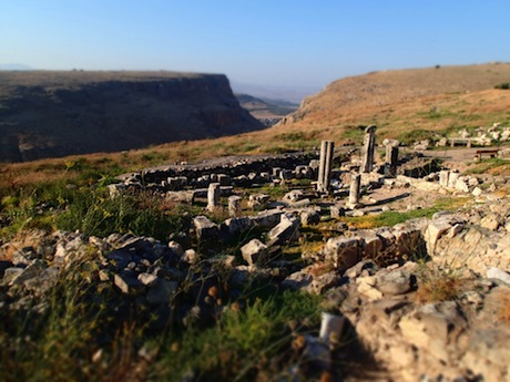 A late afternoon view to the Arbella synagogue. the Wadi Hamam separates the plateau of Arbel (forground) from the plateau of Nitai (background).