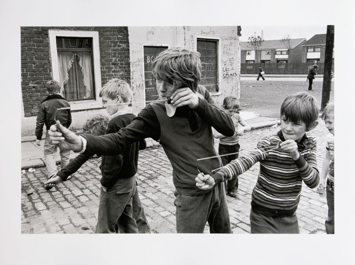 GB. NORTHERN IRELAND. Belfast. Children with slingshots. 1978.