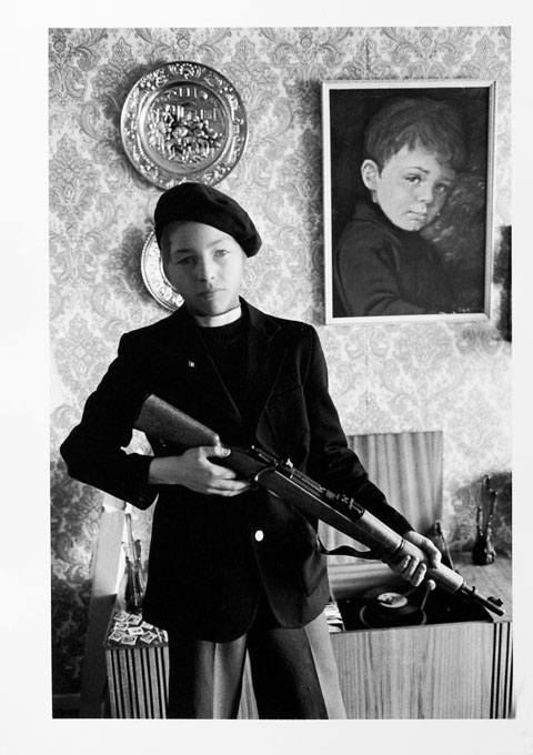 GB. NORTHERN IRELAND. Belfast. Identification with the Provos is reflected in the play of the children in the Catholic ghettos. 1978.