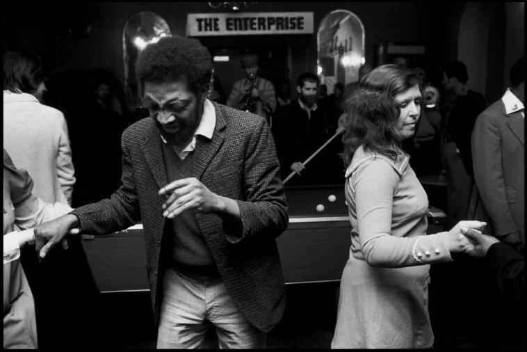 GB. ENGLAND. London. Crowd dancing at a pub in Brixton. 1975. © Chris Steele-Perkins/Magnum Photos