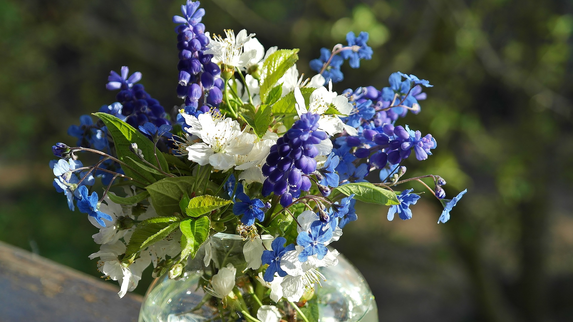 Blue & white bouquets are hot right now