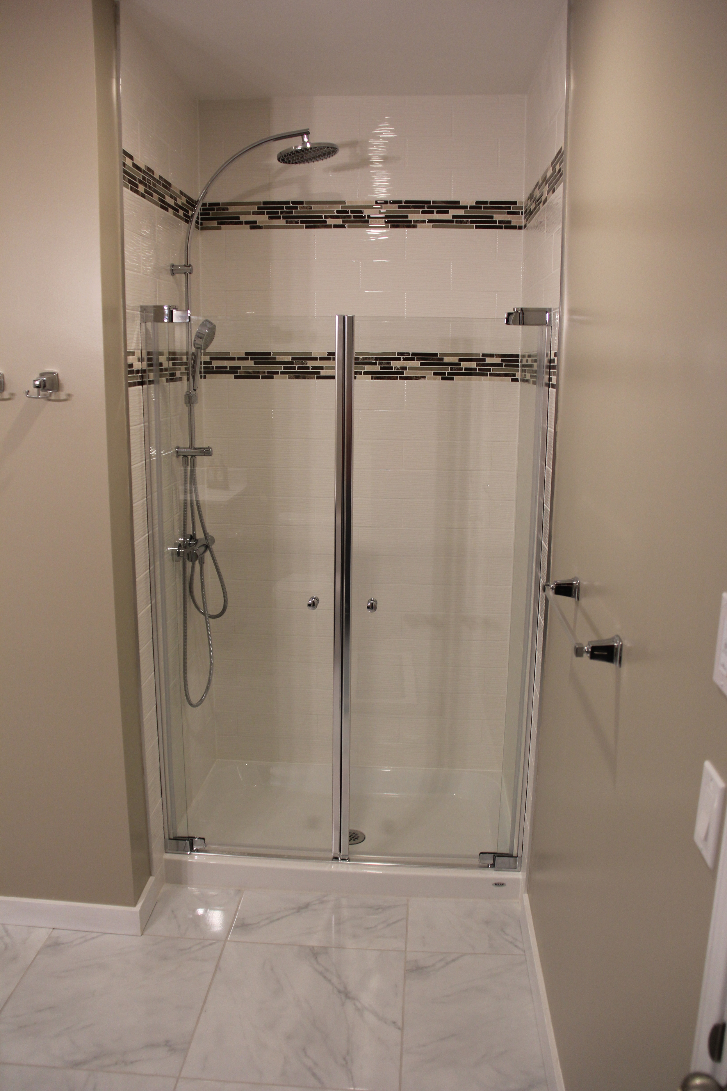 37 1162 Escala Final Pictures with Canon - Shower.JPG