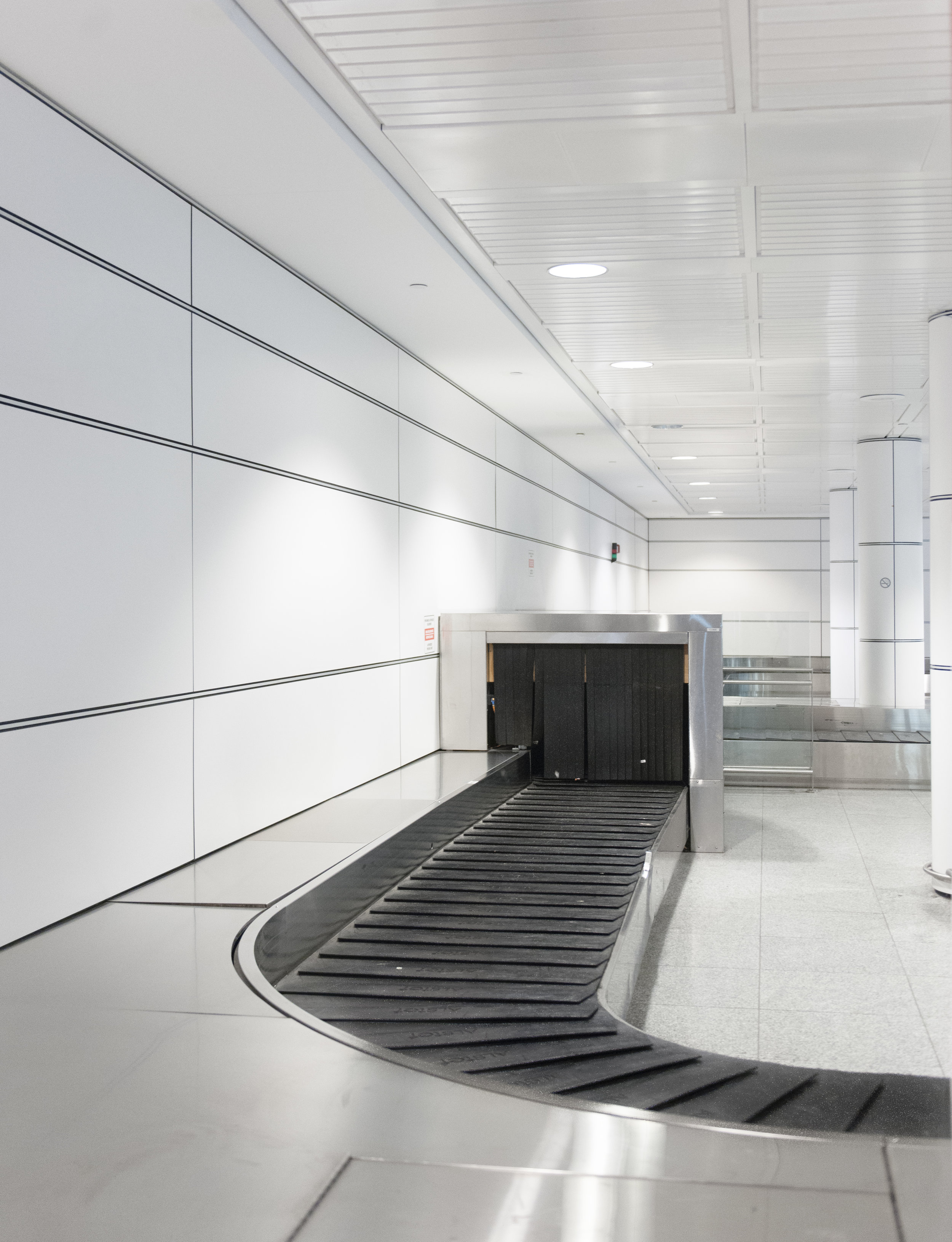 Airport The Laird Co YUL luggage carousel curve.jpg