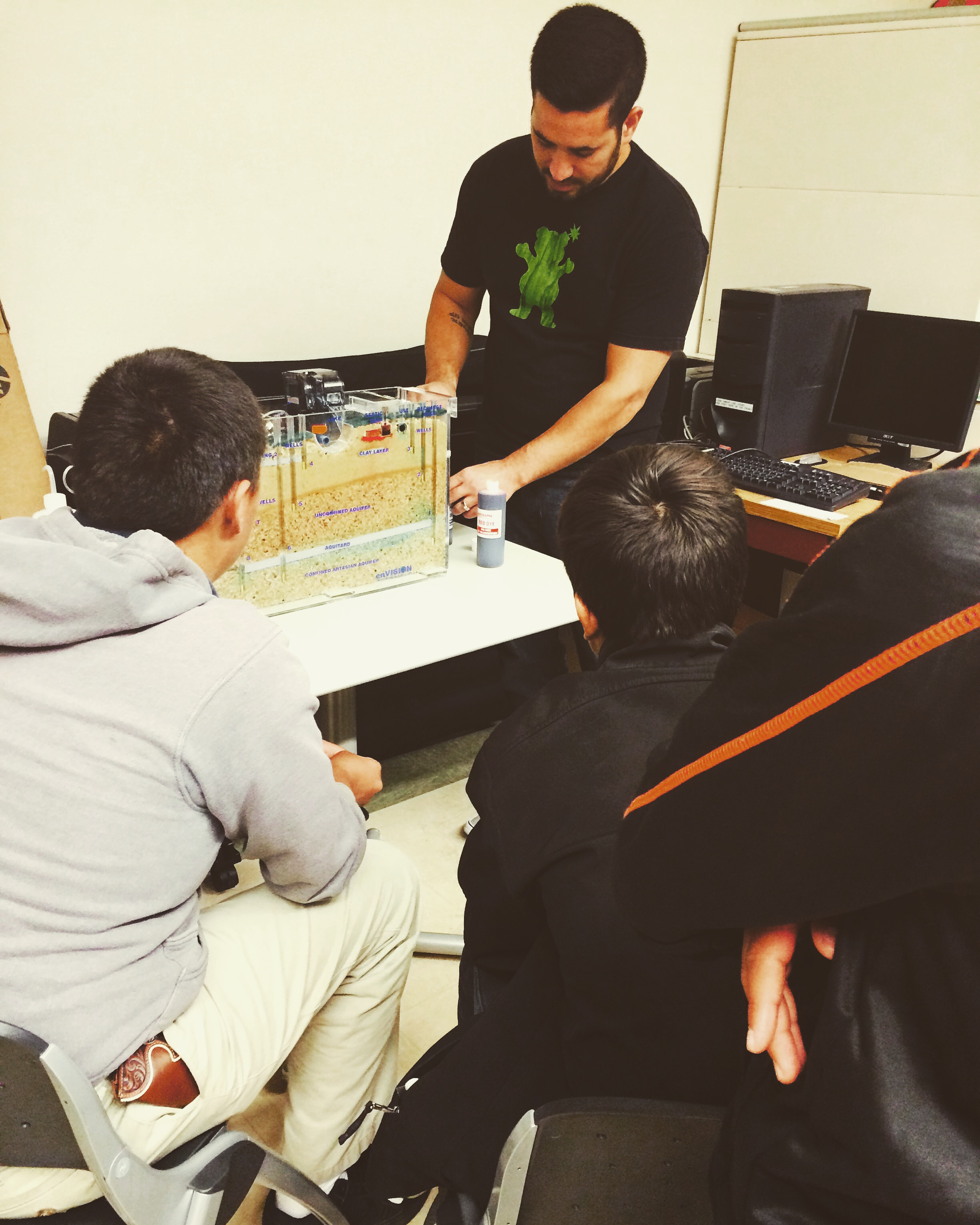 Civil Engineering students show Cuba students a groundwater model