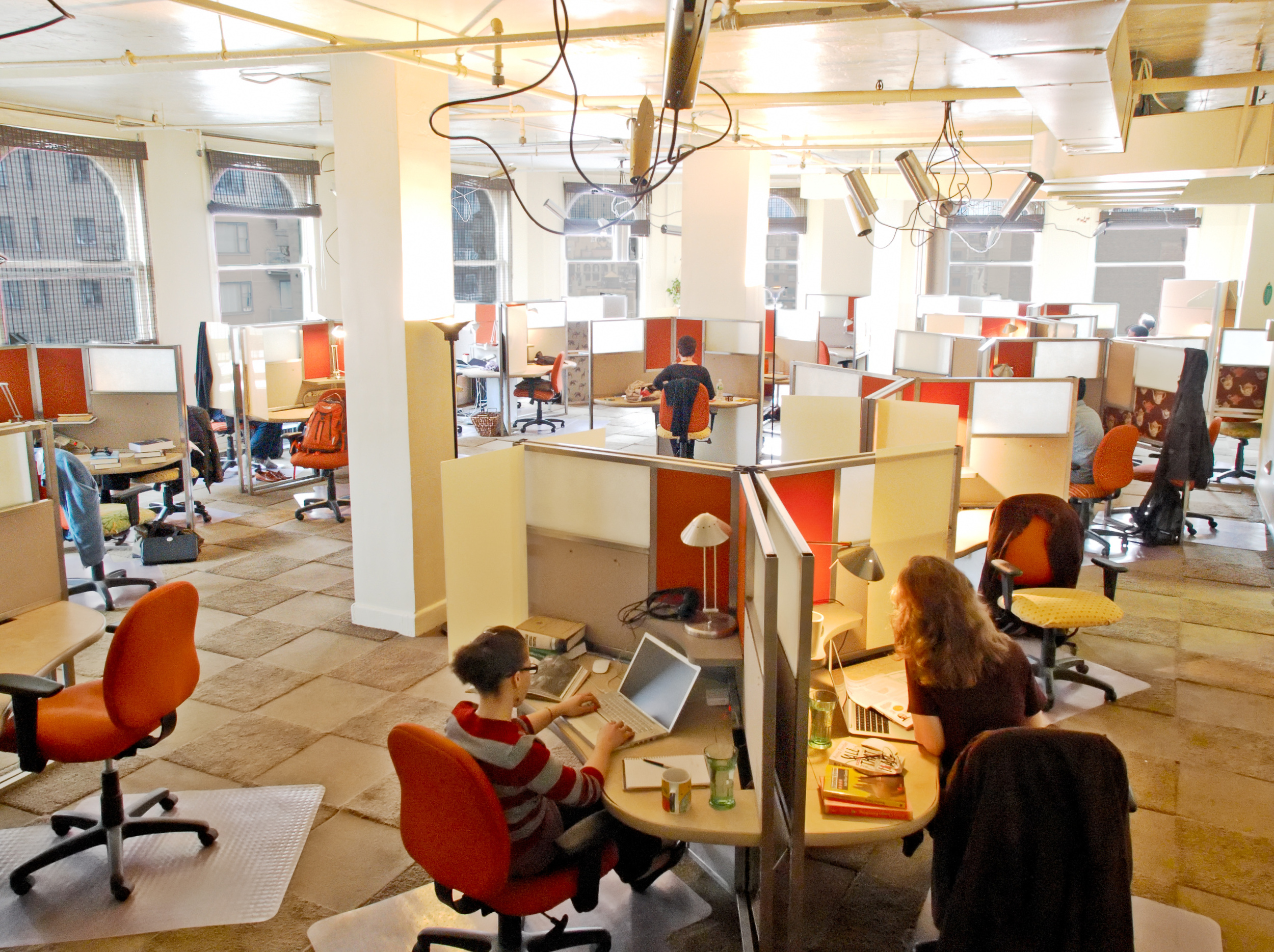 45 partitioned work spaces assure privacy and productivity.