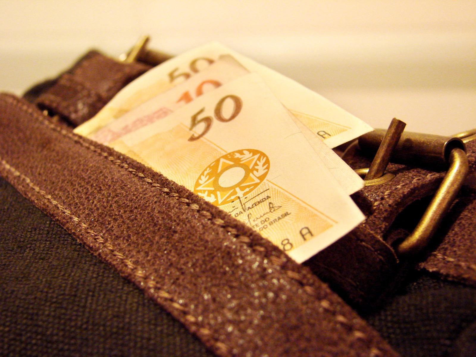 money-1056438-1600x1200.jpg