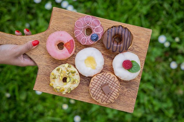 How to instantly make friends . . . . 🍩Assorted Mini Snobs #donuts #doughnuts #eatmoredonuts #idonutcare #instadaily #treatyoself #food #yum #instayum #laeats #dinela #yahoofood #birthday #weekendeats #la #donutsnob #love  #buzzfeast #beautiful #butfirstcoffee #nomnomnom #la #goals #instagood #photooftheday #foodstagram #mondaymotivation