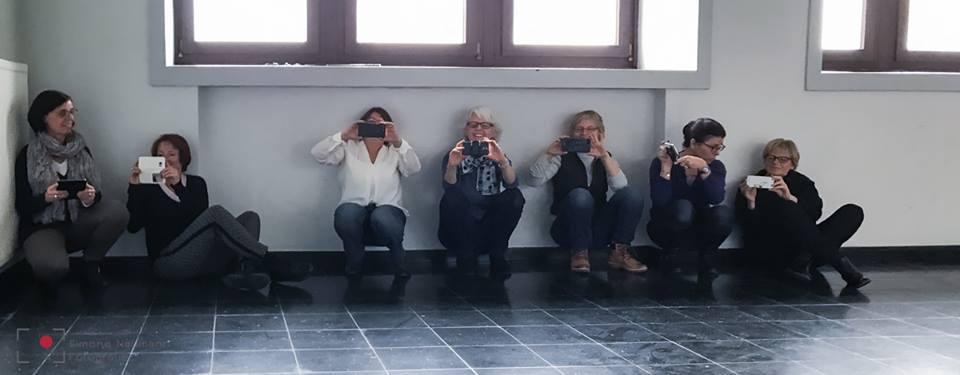 Hier das making-of: wir üben mitziehen, während simone in ihren roten stiefeln auf dem grünen roller im treppenhaus umherflitzt. (Foto: Simone NaumanN)