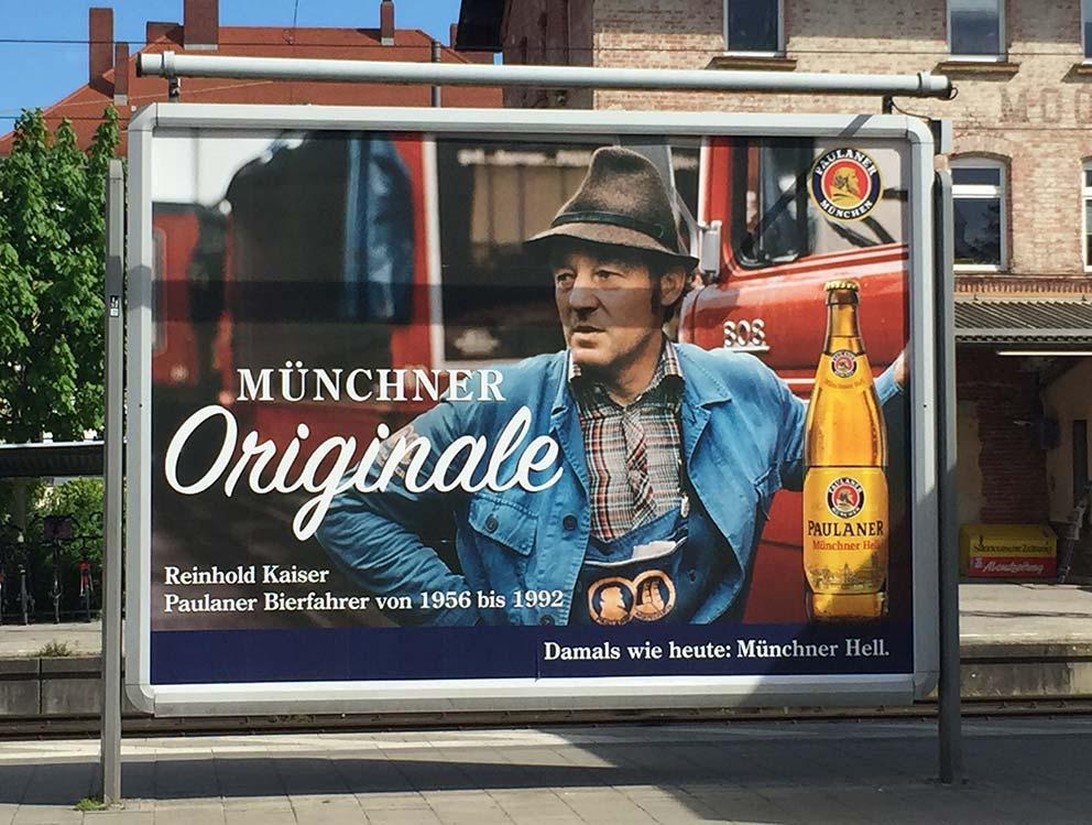 Die gute alte Zeit wird auf den Plakatmotiven der Paulaner Brauerei wieder in die Gegenwart geholt. Foto: Angelika Güc, Quelle Plakatmotiv: Paulaner Brauerei