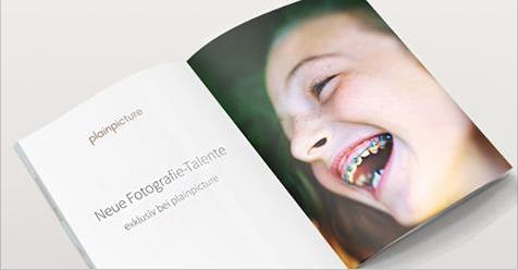 Zahnspange statt makellose zähne - das wirkt authentisch. quelle: Plainpicture