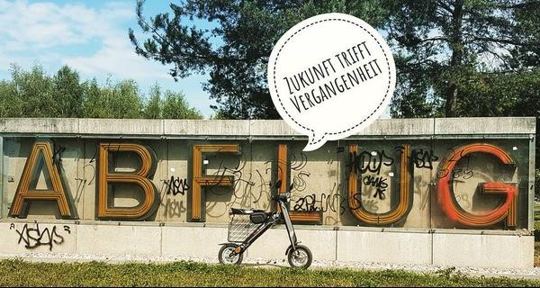 die gleiche bildsprache auf instagram: Dem  #escooter  Hammer K1 gefällt es gut auf der ehemaligen Startbahn vom alten Flughafen Riem  #stadttouren   #münchen  - Foto: alice Lindl