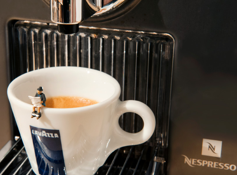 Bei Größenangaben ist ein präzises Bild im Kopf hilfreich. Ist die Espressotasse schon klein? Im Gegensatz zum Zeitungsleser wohl ehr nicht.