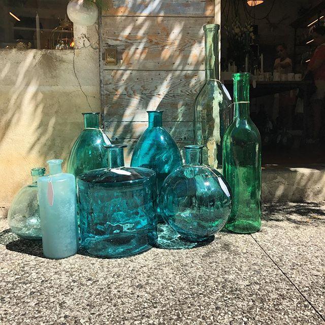 La même. Au #soleil #lourmarin #luberon #conceptstore #bouteille #bouteilles #carafe #bottles #bottle #jarre #damejeanne #damejeannebottle #bonbonne #decoration #deco #home #homedecor #homesweethome #homestaging