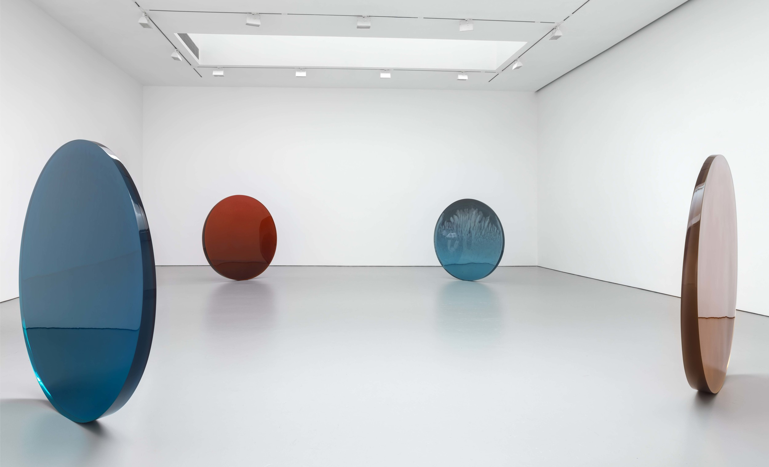 Installation-view-De-Wain-Valentine-Works-from-the-1960s-and-1970s-David-Zwirner-New-York-2015_1.jpg