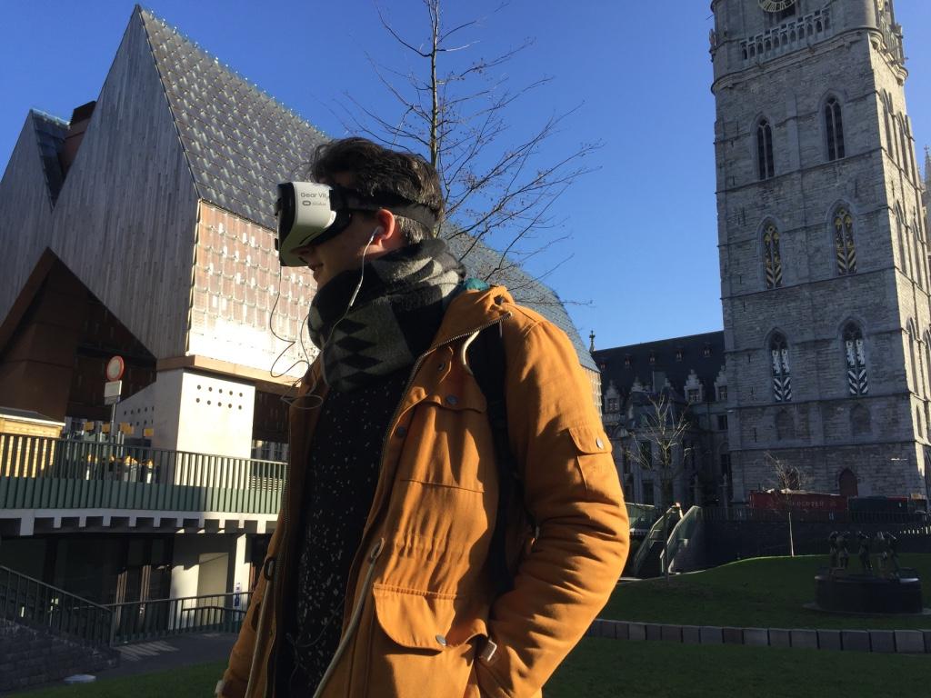 Thomas staat naast de Stadshal te Gent en beleeft een horror verhaal in VR.
